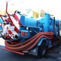 ダンパー(廃棄物処理車) 吸引車中型車(4t車) 斜め後ろ